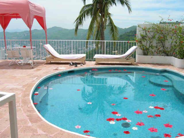 Simply adding flowers to your pool is a great decoration.
