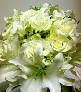 Trendafila - Faqe 3 Traditional-White-Flower-Green-Filler-Bouquet