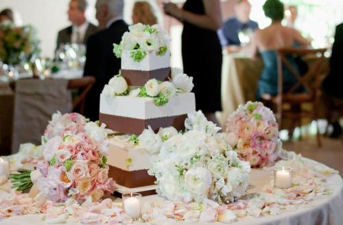 Covering the cake table with flower petals ...