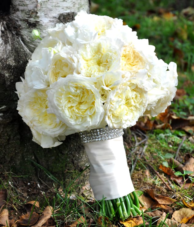 White Wedding Bouquets Online : Getting cheap wedding flowers by purchase wholesale
