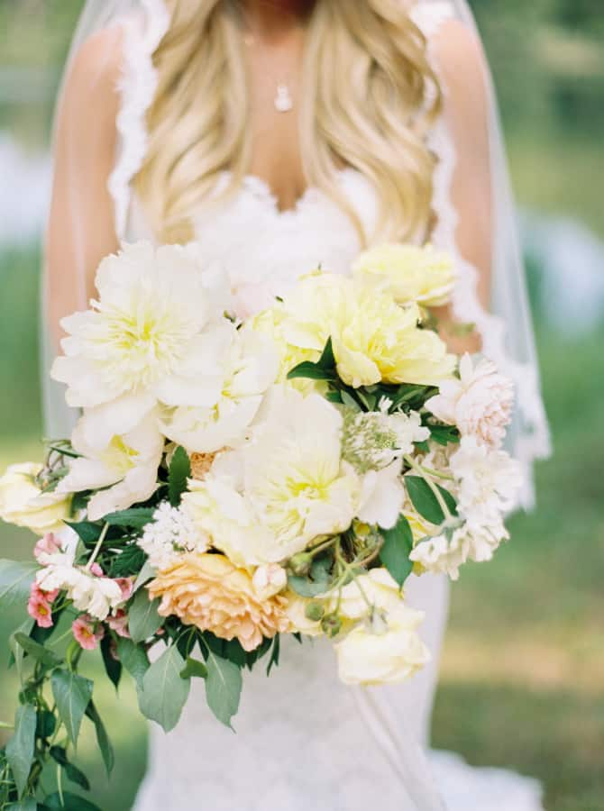 cream flowers, bouquet, summer wedding flower colors