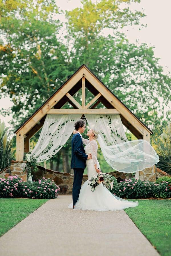 styledshoot_pursuingvintagerentals_lindsaysteelephoto_bloomsbythebox_69 Airy Inspiration Shoot outdoors DIY